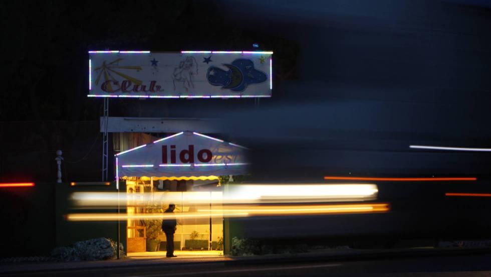 El PSOE propone cerrar los clubes y penar al cliente de la prostitución